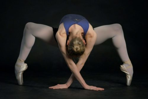 Fotografi av en gymnast som gör akrobatiska rörelser